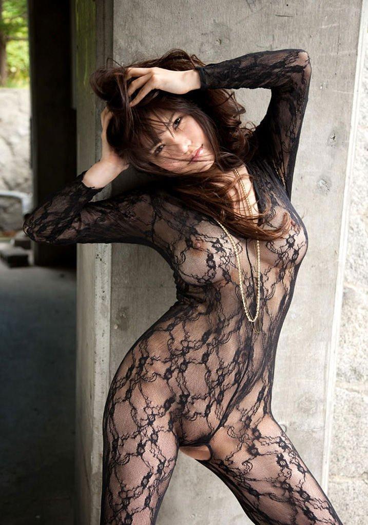 着衣状態で乳首が透けてる女性 (11)