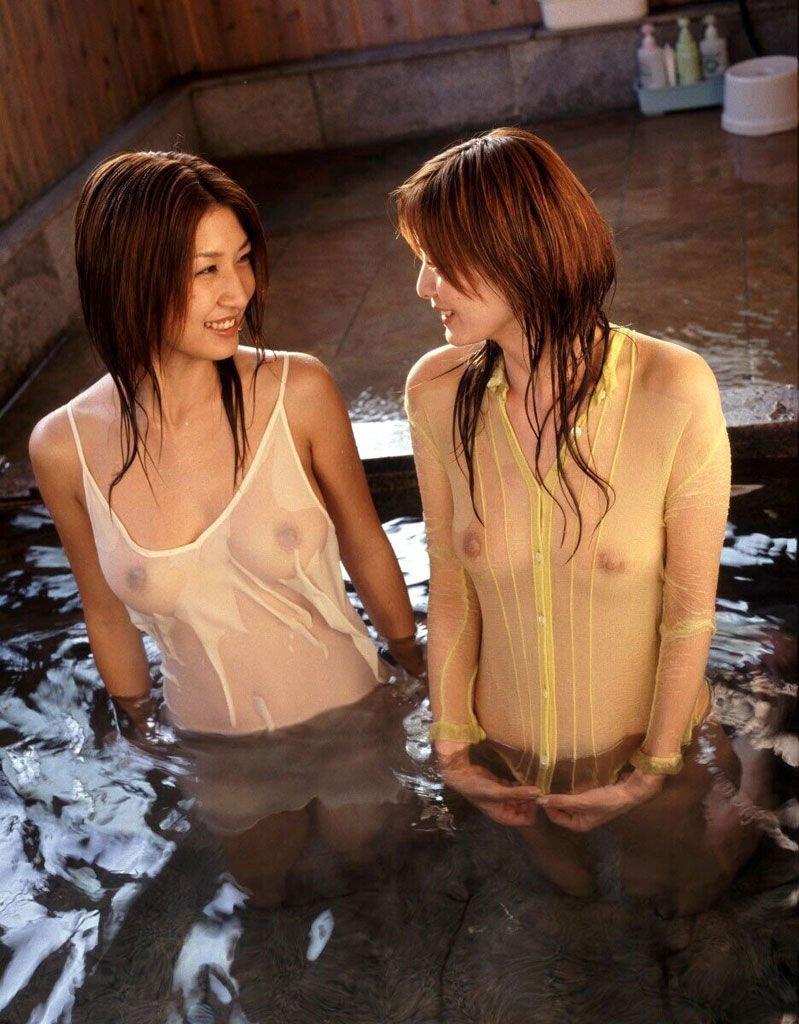 着衣状態で乳首が透けてる女性 (16)