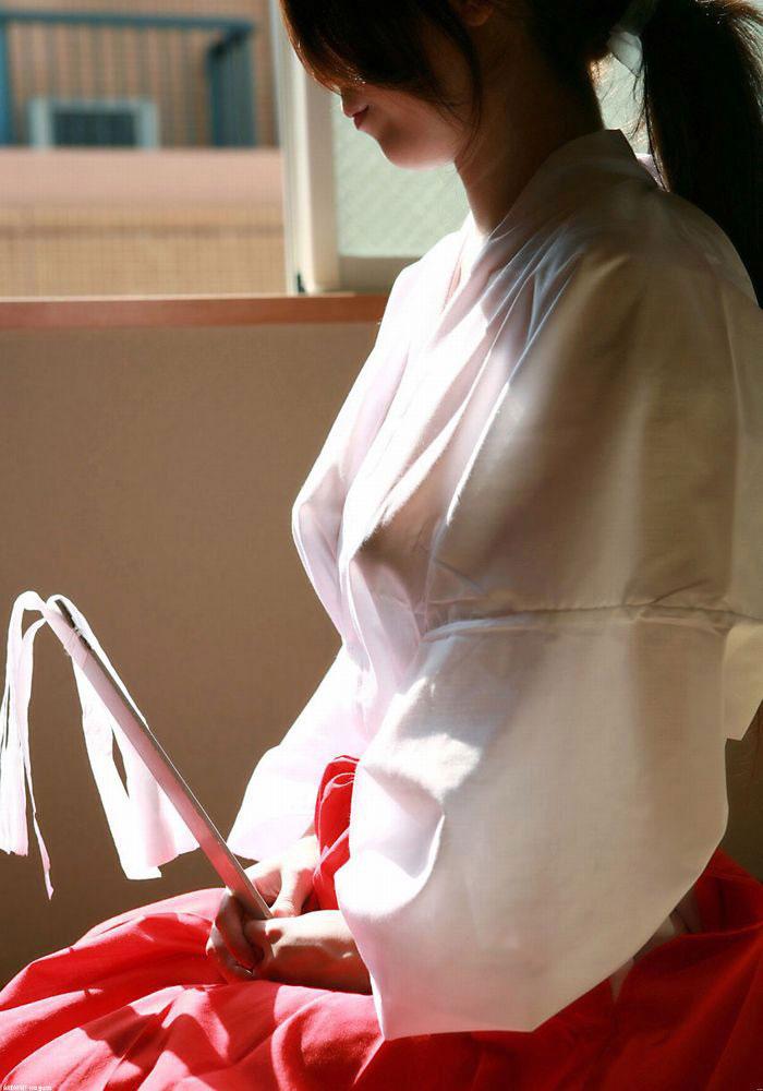 着衣状態で乳首が透けてる女性 (6)