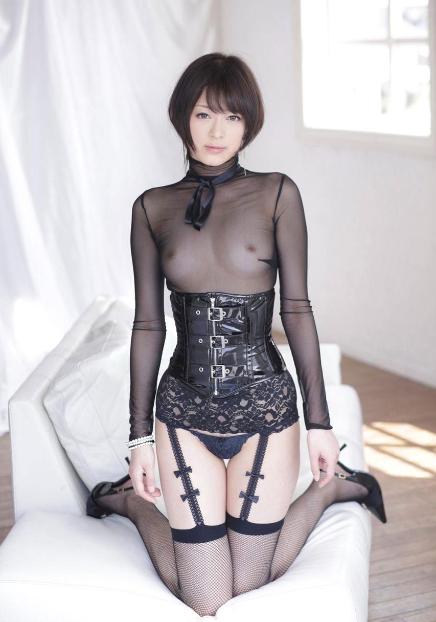 着衣状態で乳首が透けてる女性 (9)