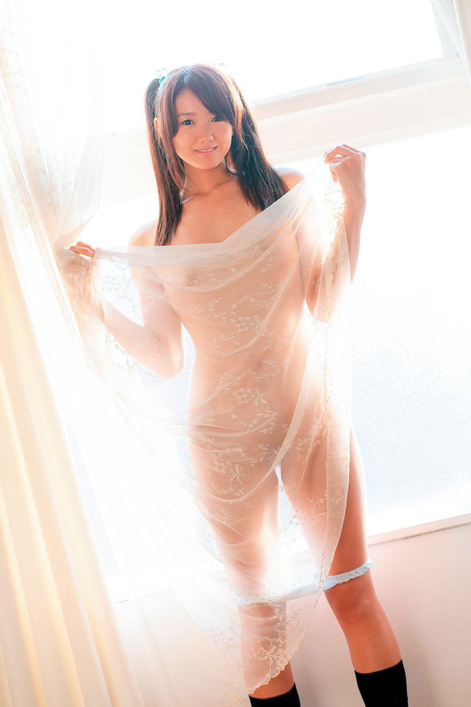 着衣状態で乳首が透けてる女性 (17)