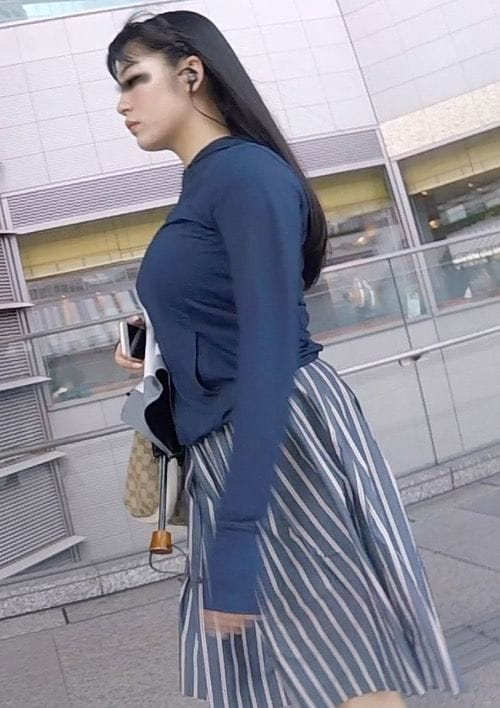 着衣なのに巨乳が目立つ女性 (7)