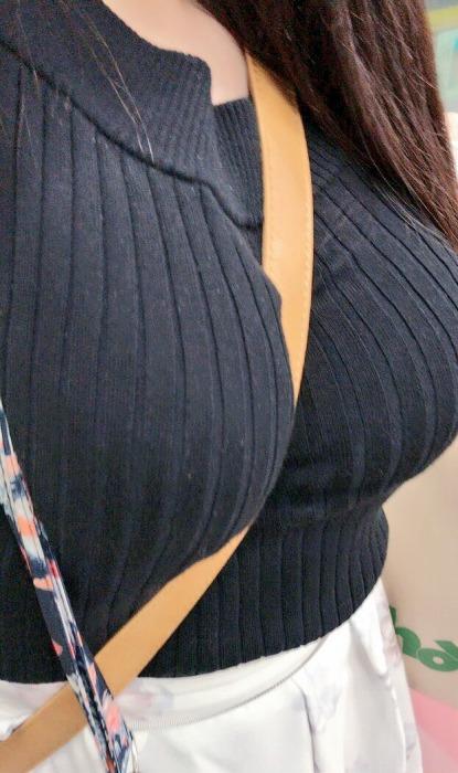 着衣なのに巨乳が目立つ女性 (18)