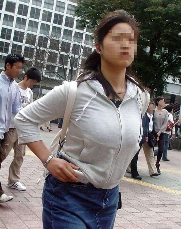 着衣なのに巨乳が目立つ女性 (19)