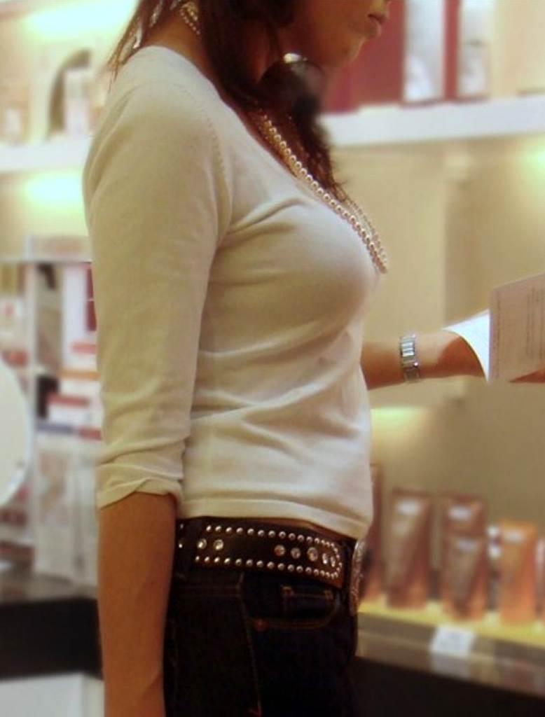 着衣なのに巨乳が目立つ女性 (5)
