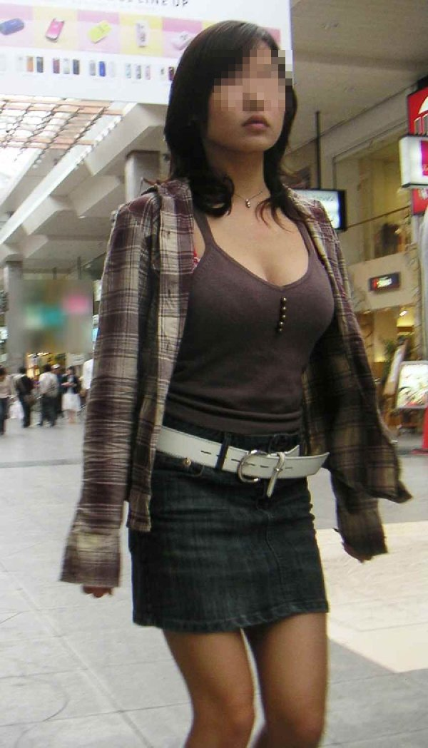 着衣なのに巨乳が目立つ女性 (16)