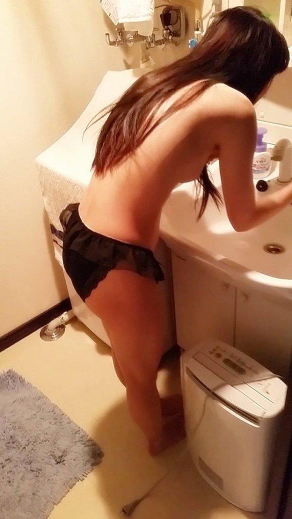 家庭内で撮られた下着姿や全裸姿 (11)