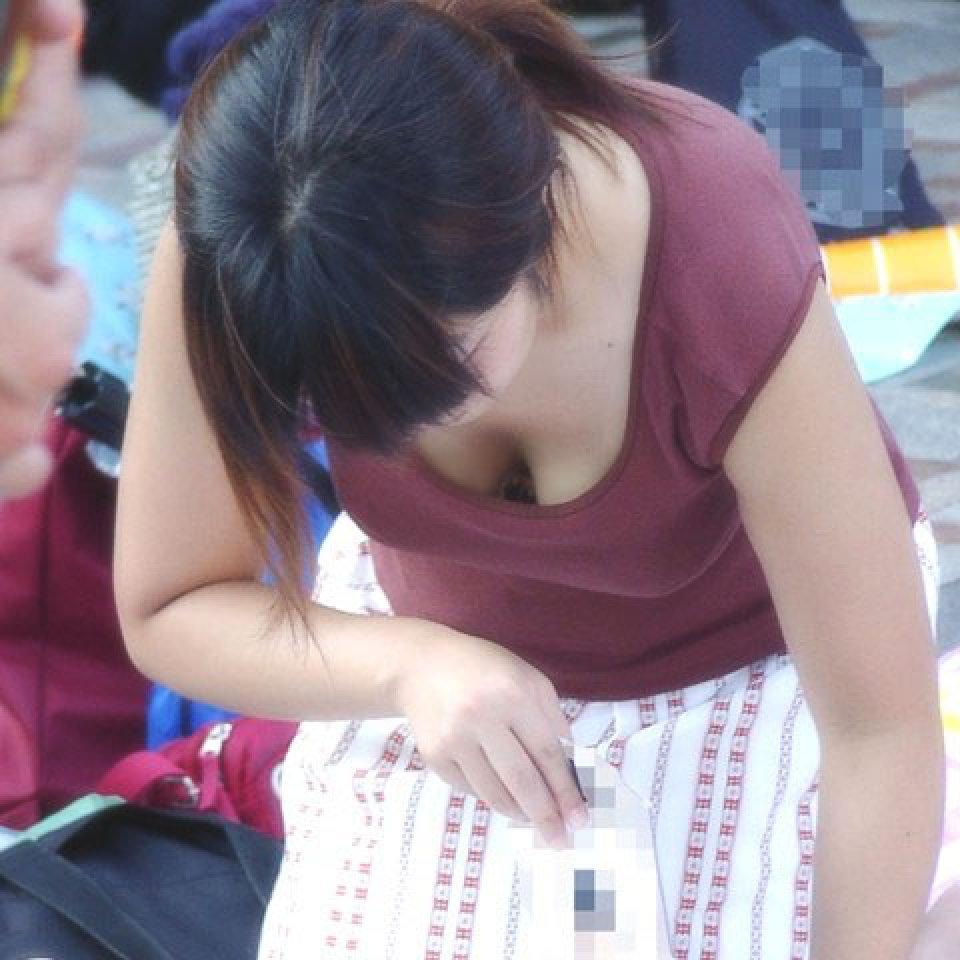 街で発見した胸チラ女性 (13)