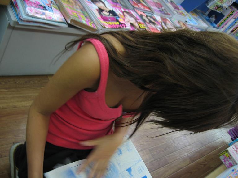 街で発見した胸チラ女性 (5)