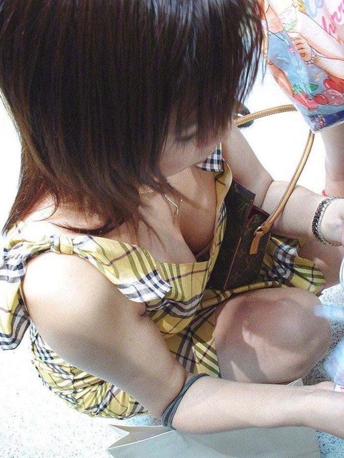 街で発見した胸チラ女性 (19)
