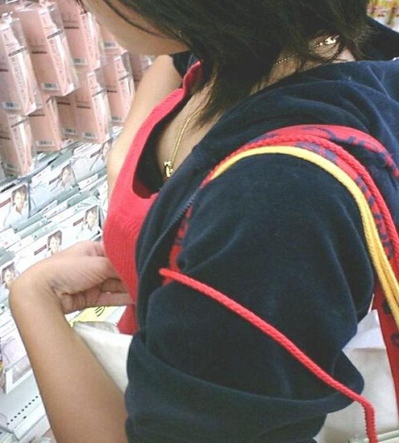 街で発見した胸チラ女性 (8)