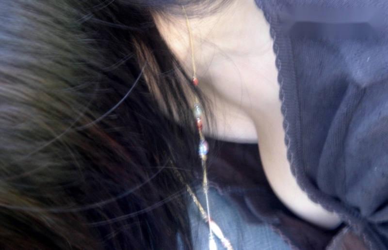 街で発見した胸チラ女性 (16)