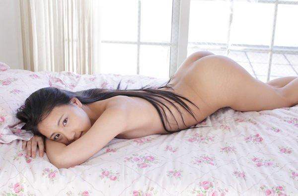 うつ伏せで寝転ぶ全裸美女の生尻 (20)