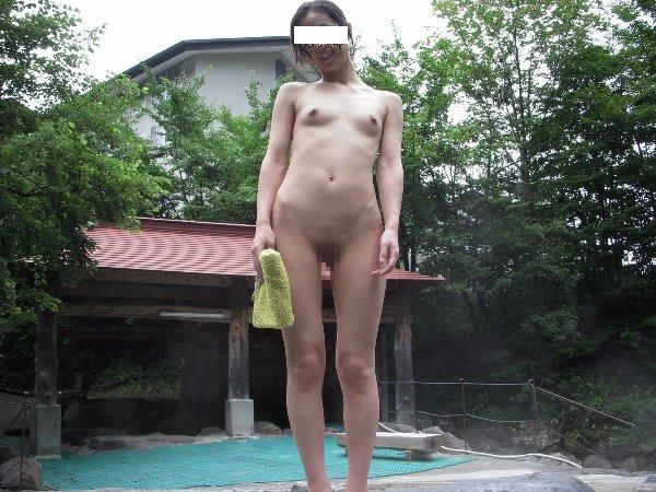 露天風呂でヌード撮影をする素人さん (15)