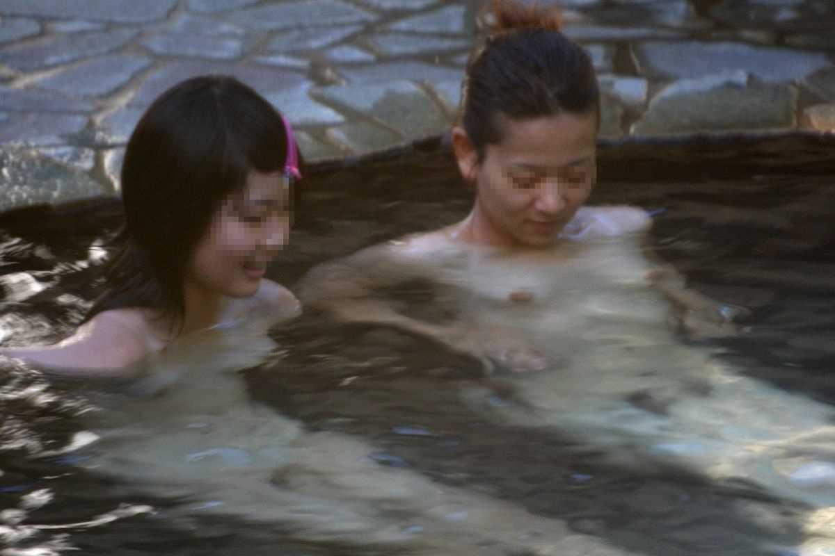 素っ裸で露天風呂に入浴する女の子 (7)