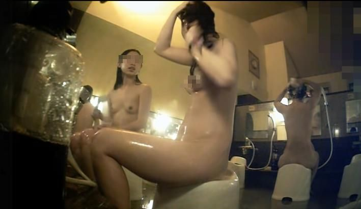 銭湯でシャワーを浴びる素っ裸の女性 (15)