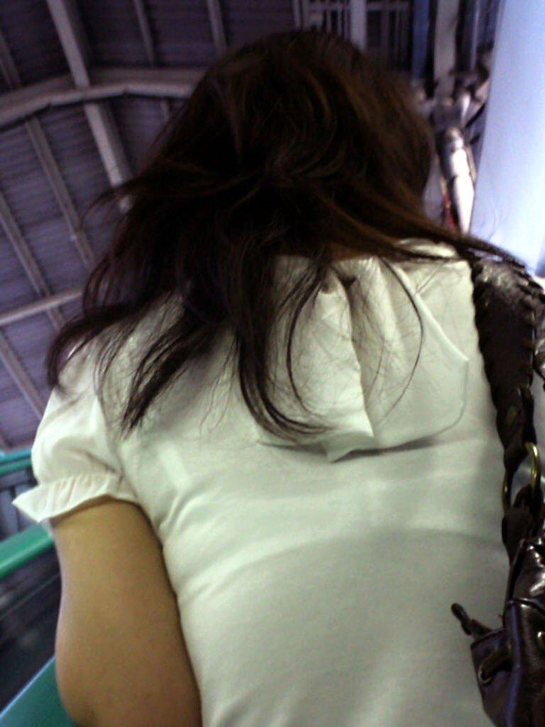 洋服から透けブラしてる (3)