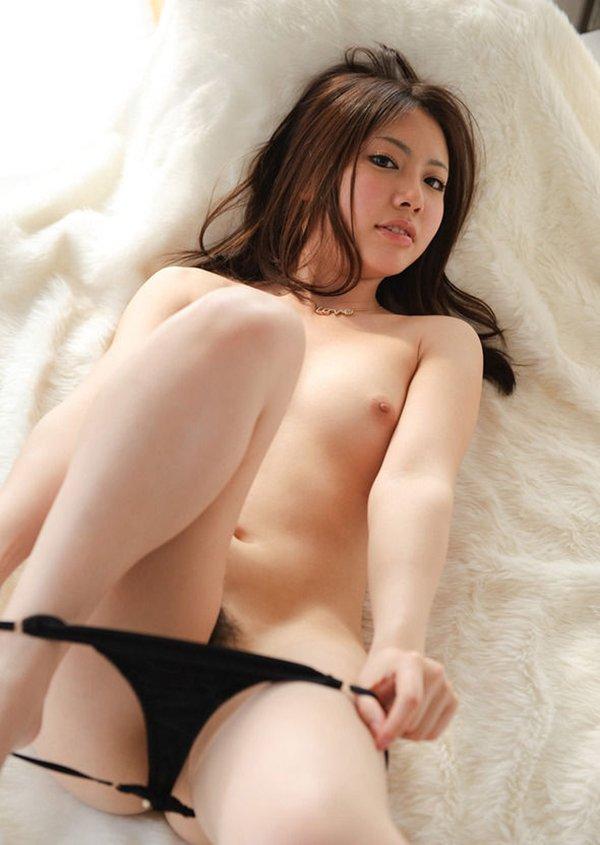 パンツを脱いでる脱衣中の女性 (2)
