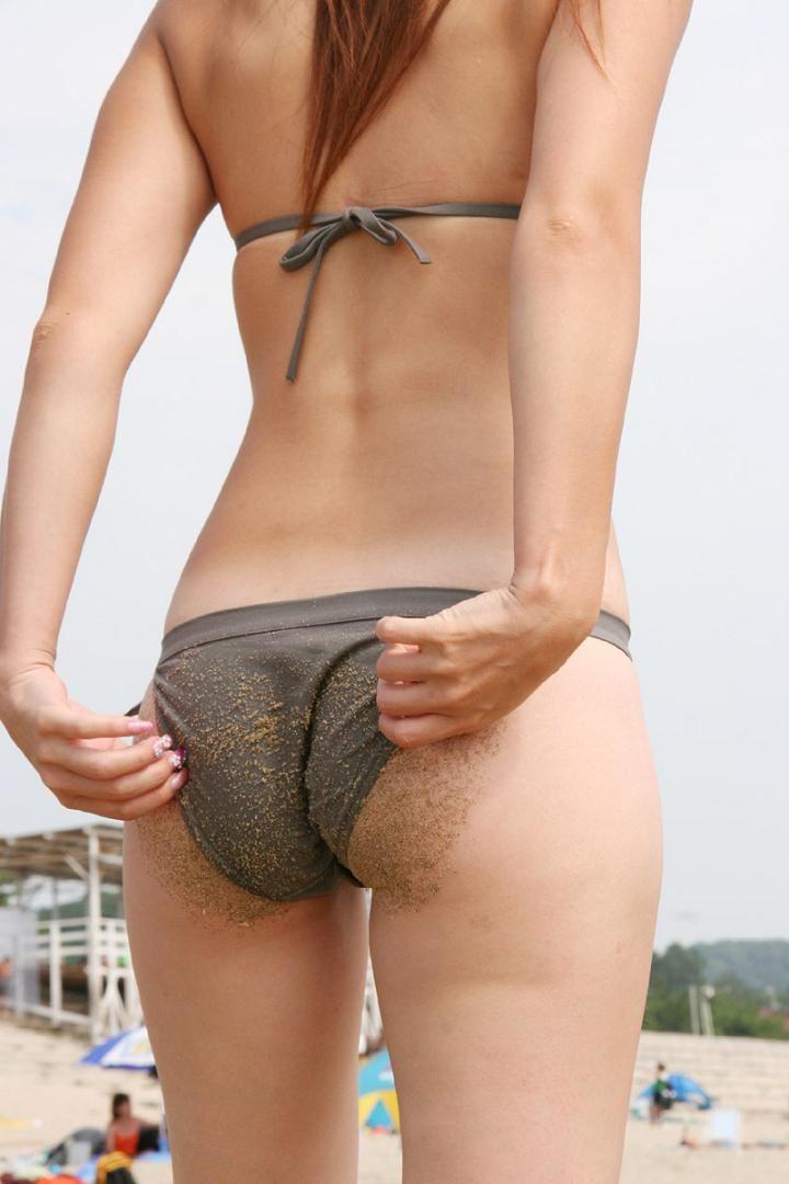 尻に食い込んでいる下着や水着がエロい (7)
