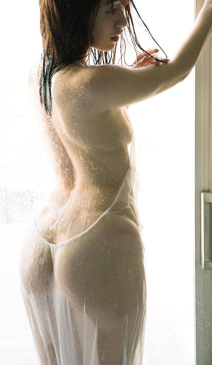 水に濡れたお尻がセクシー (18)