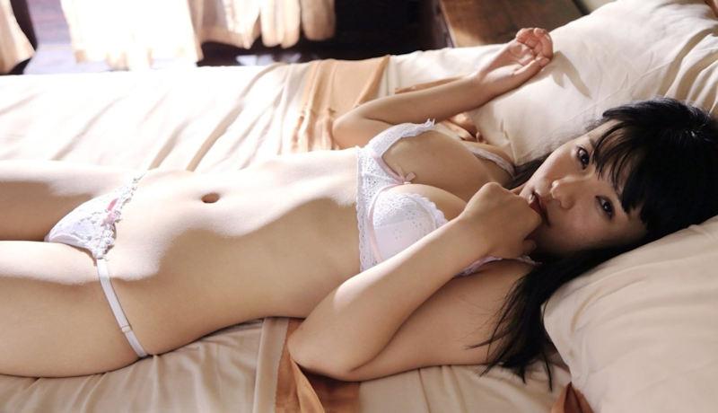 白いランジェリーが似合う美少女 (10)
