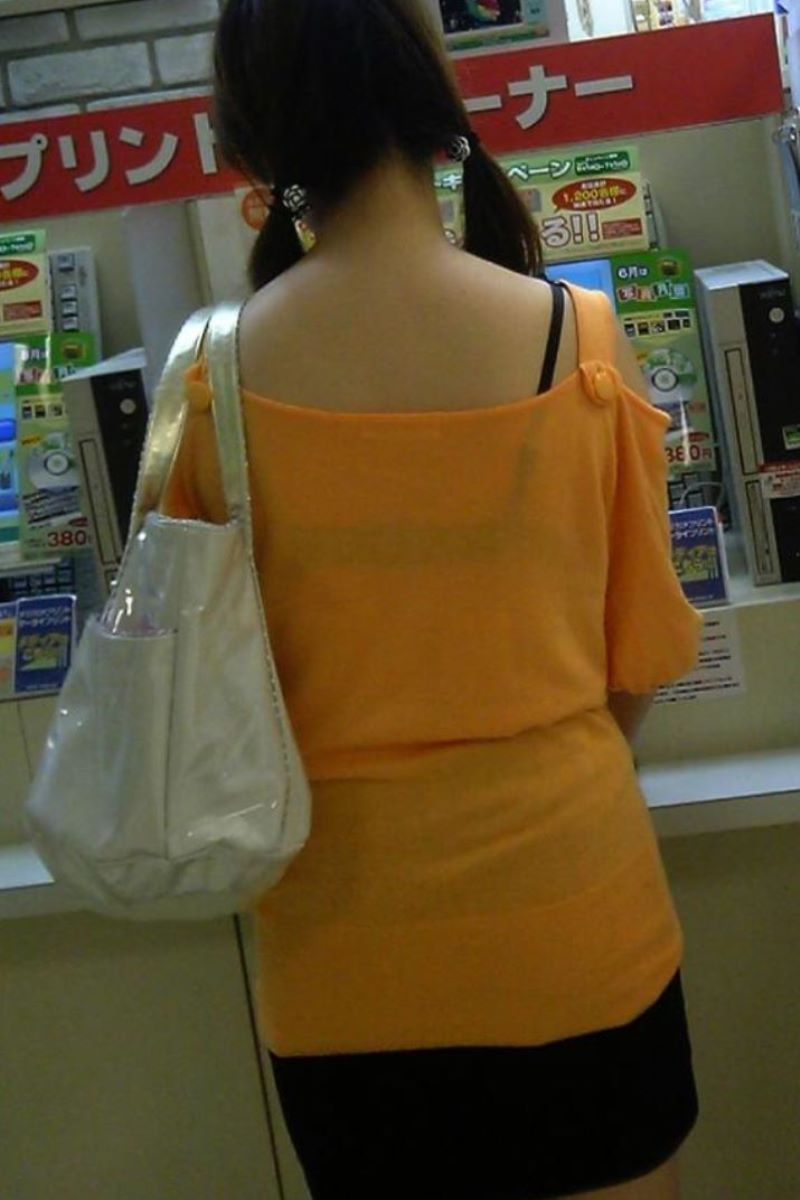 ブラジャーや肩紐がチラリ (12)