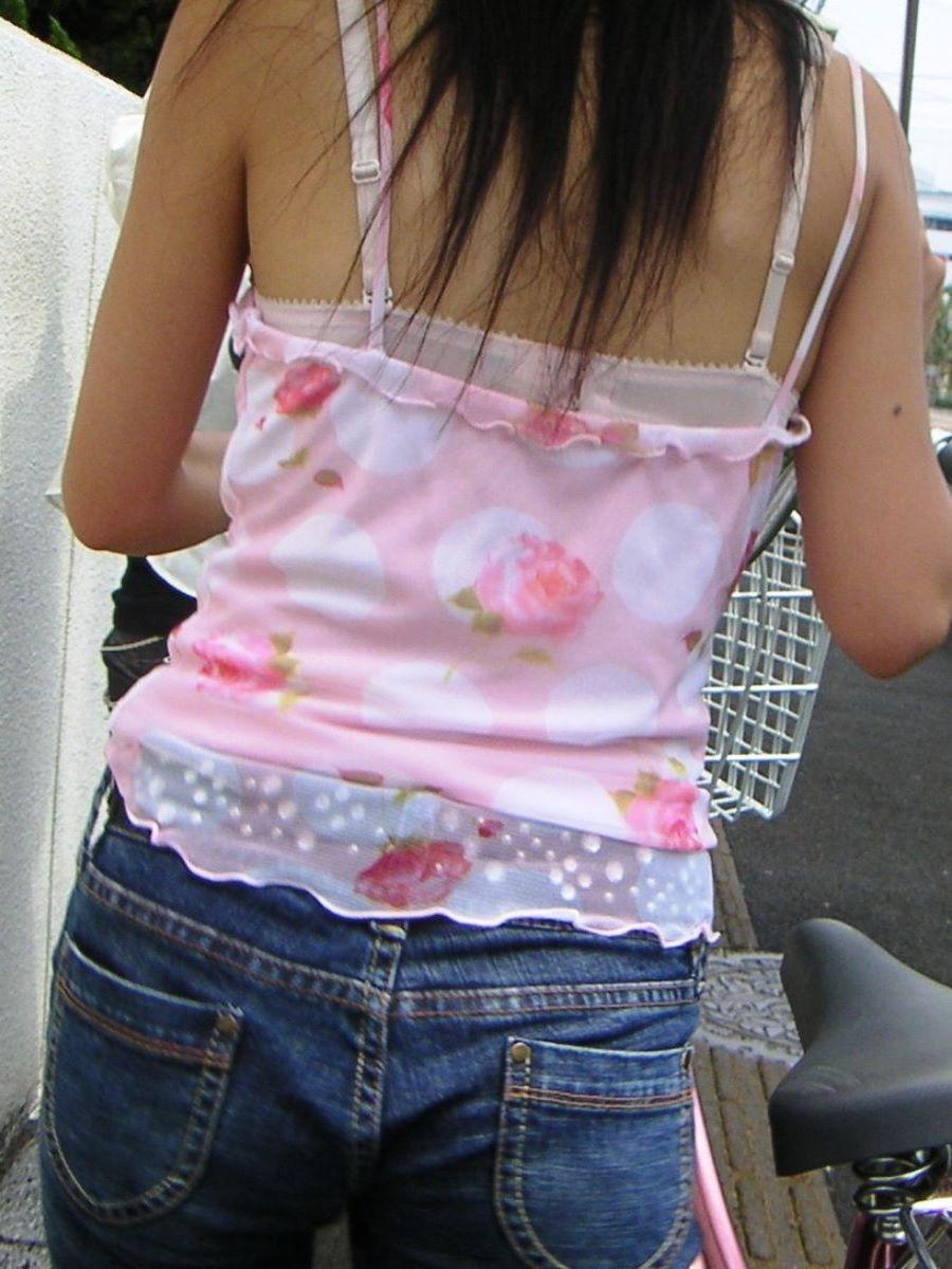 ブラジャーや肩紐がチラリ (3)