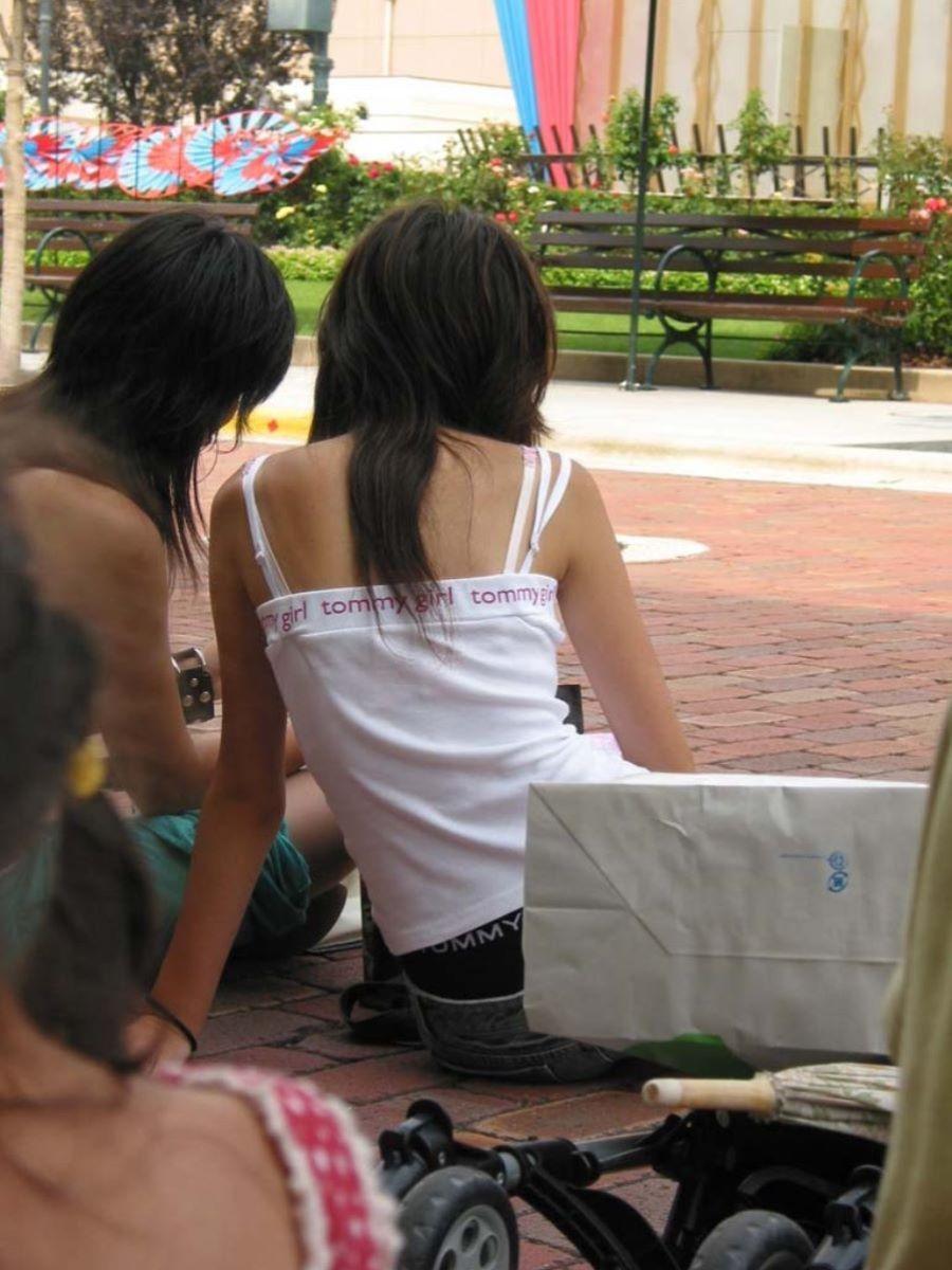 ブラジャーや肩紐がチラリ (19)