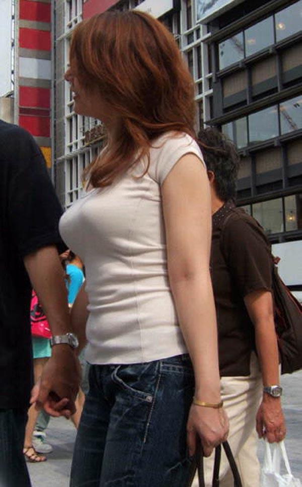 服を着ても目を引く巨乳 (9)