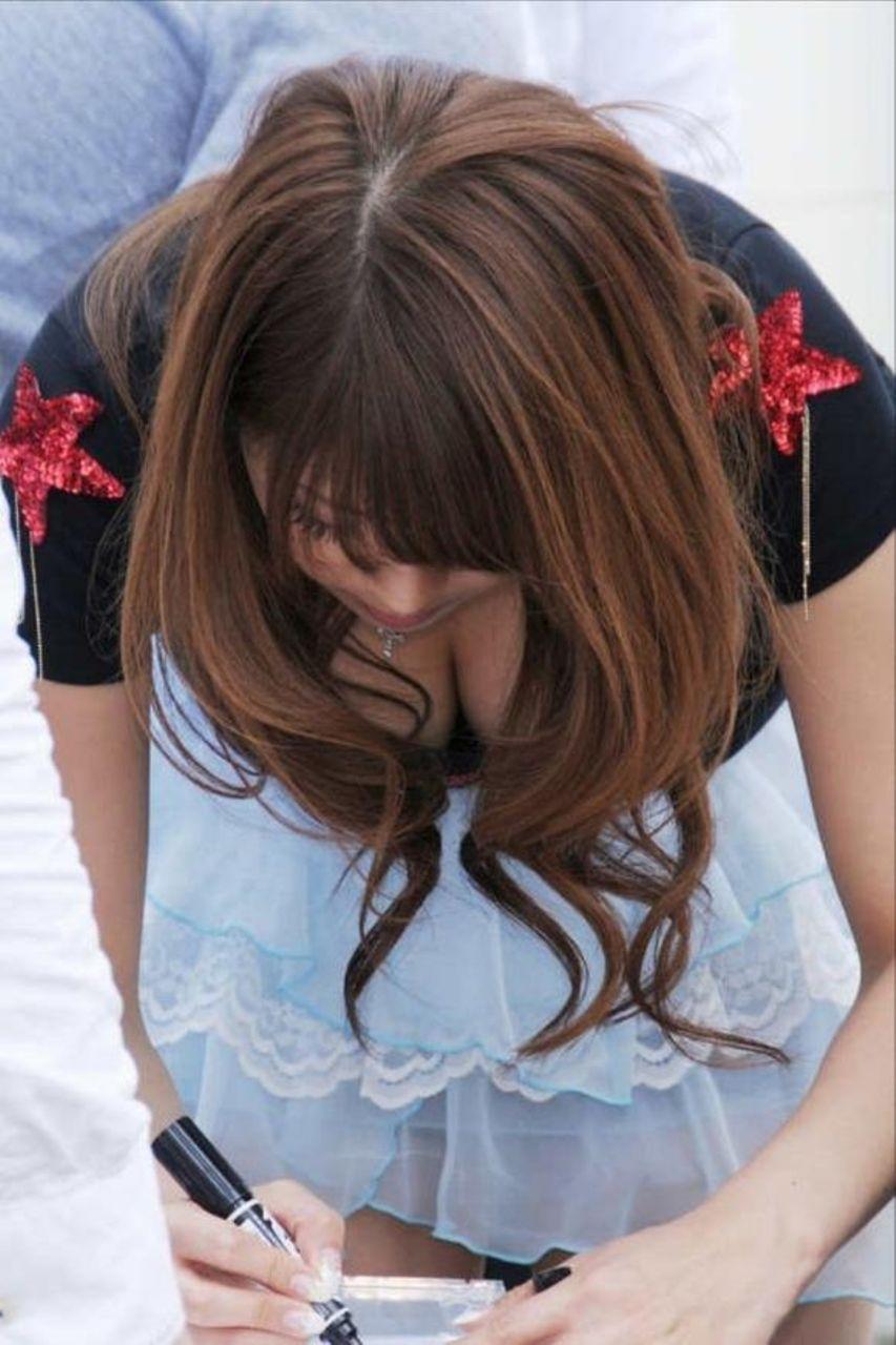 服を着ても目を引く巨乳 (4)