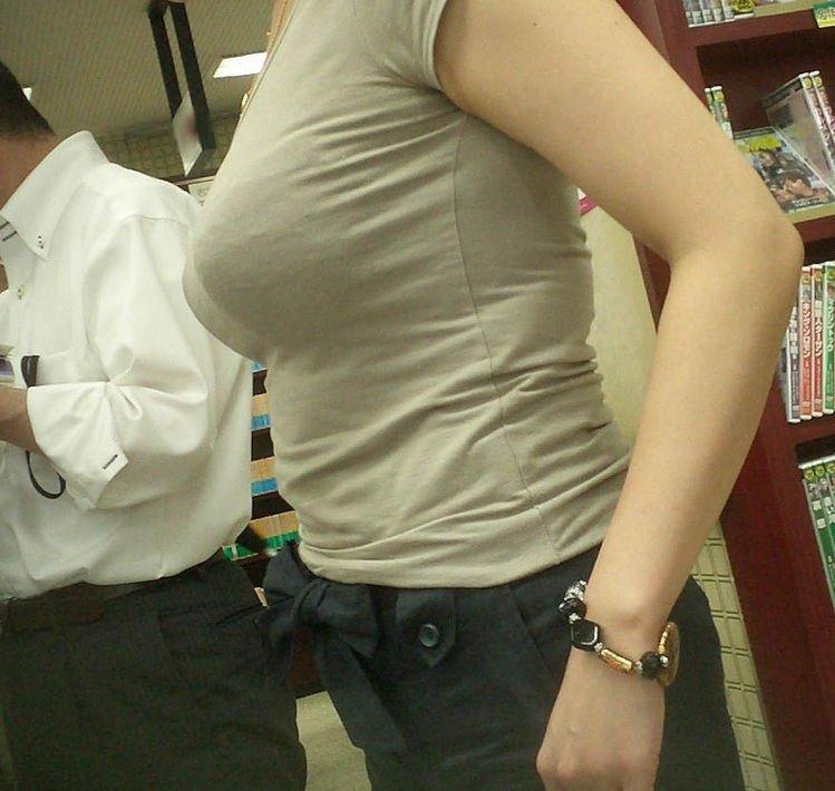 大きな乳房の着衣巨乳 (17)