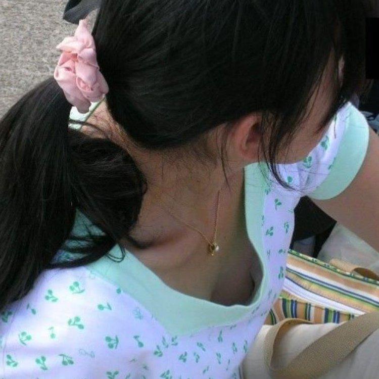 乳首チラしてる素人さんのオッパイ (1)