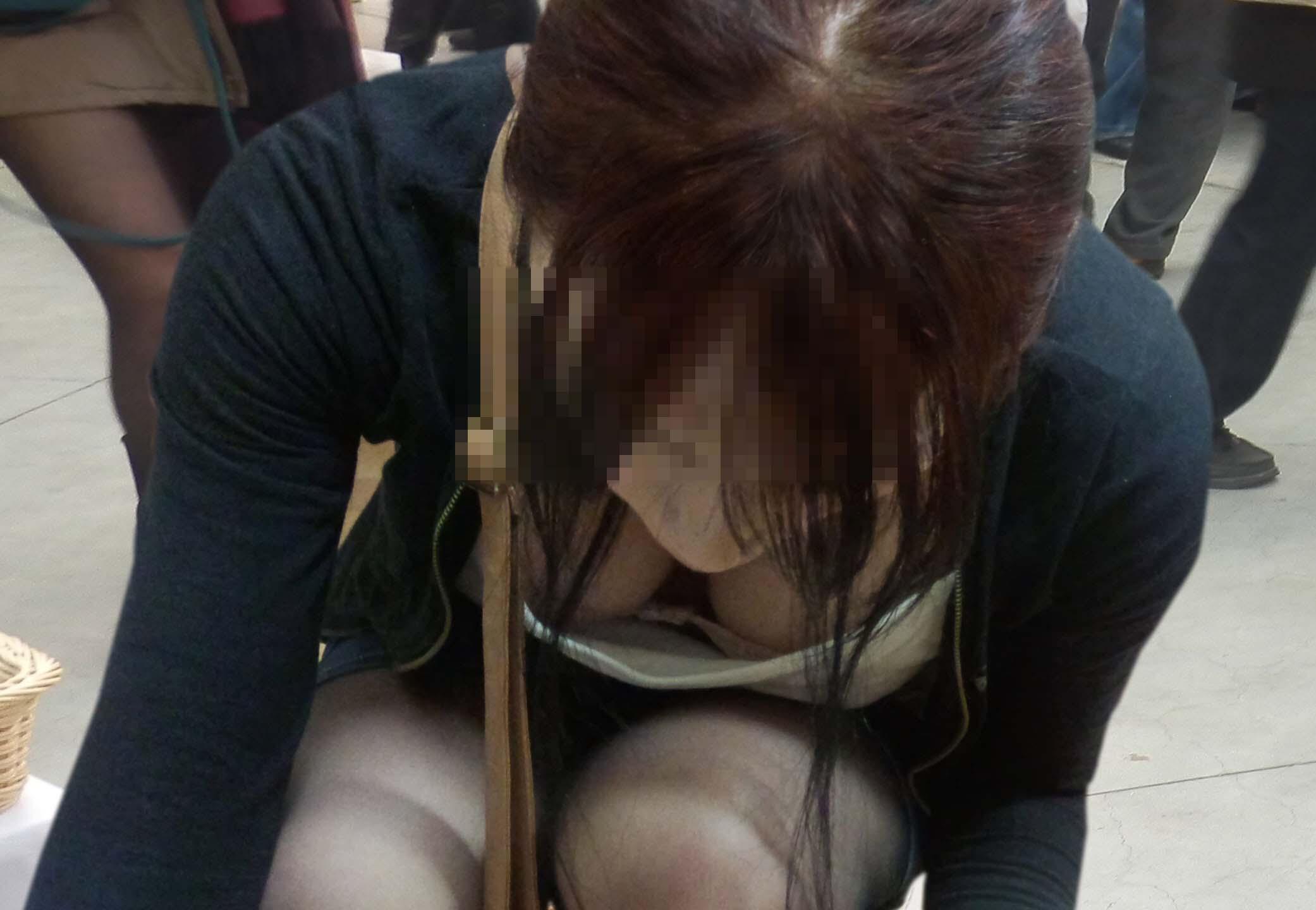前屈み女性の胸チラ (8)