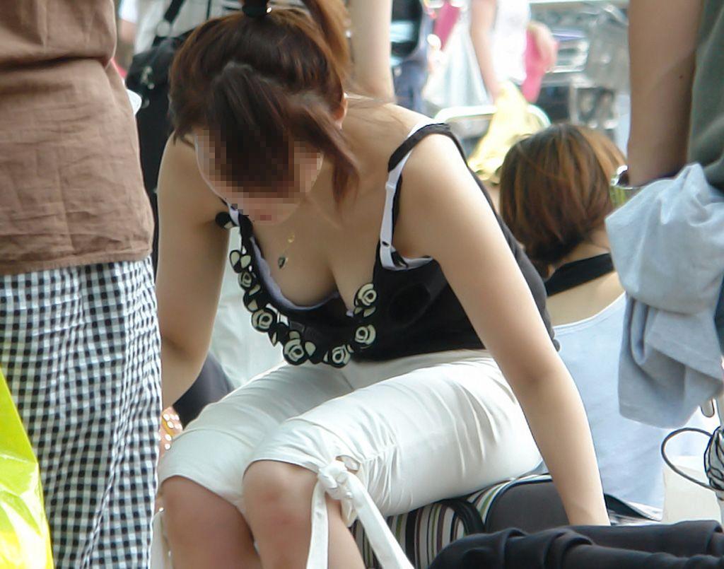 前屈み女性の胸チラ (12)