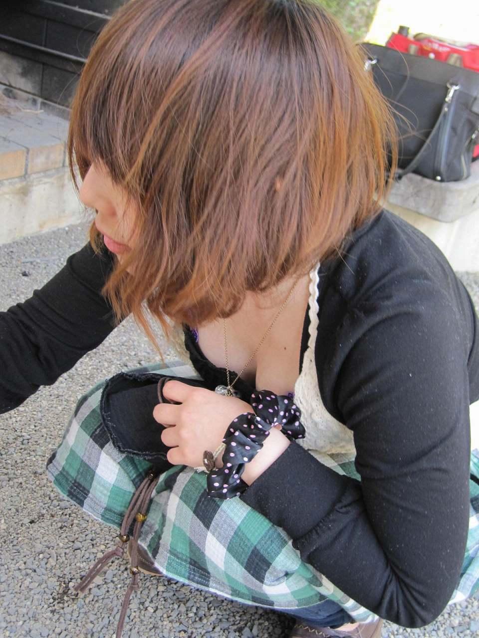 前屈み女性の胸チラ (2)