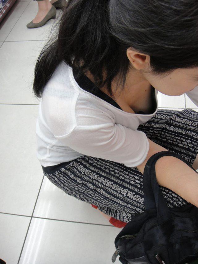 前屈み女性の胸チラ (3)