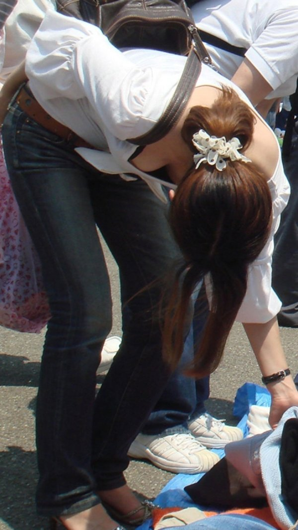 前屈み女性の胸チラ (18)