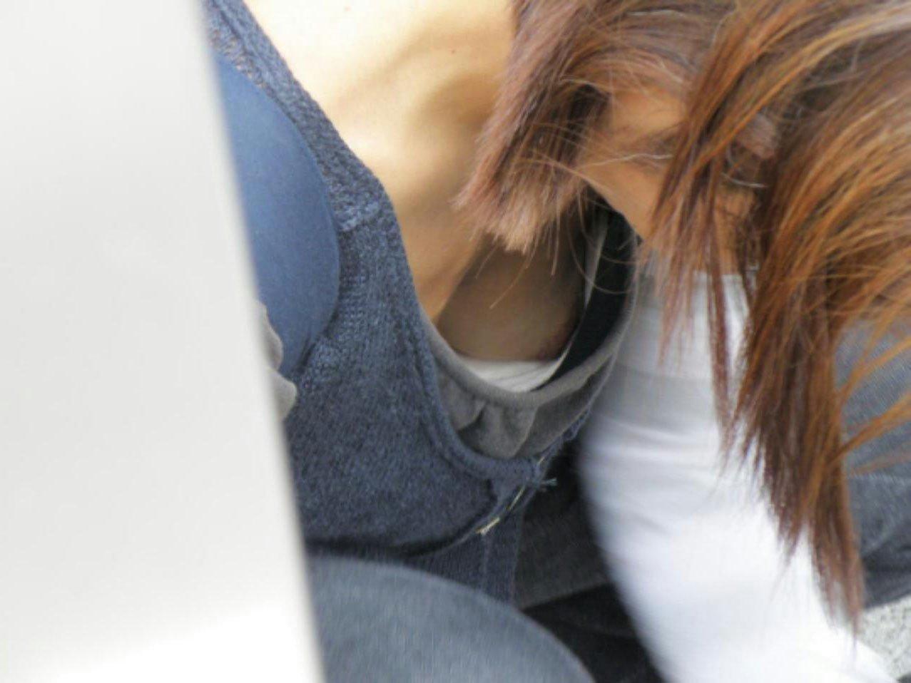 前屈み女性の胸チラ (5)