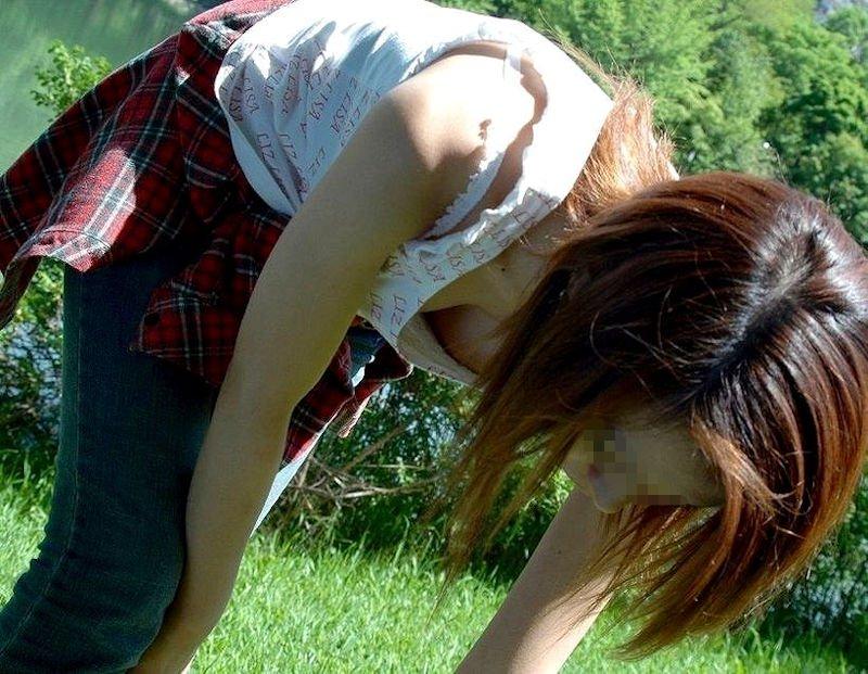 前屈み女性の胸チラ (16)