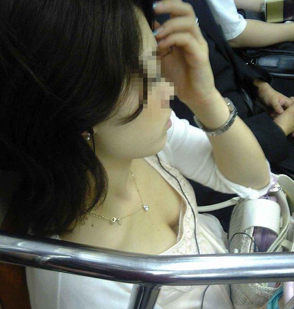 電車に座ってる女性の胸チラ (3)