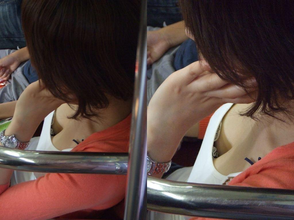 電車に座ってる女性の胸チラ (9)