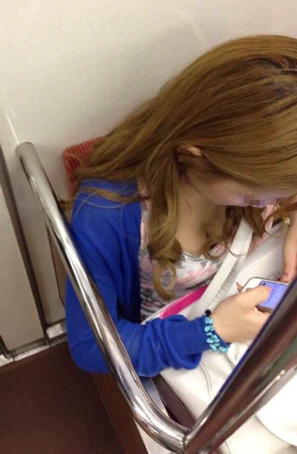 電車に座ってる女性の胸チラ (4)