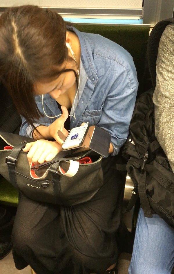 電車に座ってる女性の胸チラ (5)