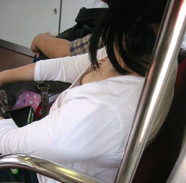 電車に座ってる女性の胸チラ (12)