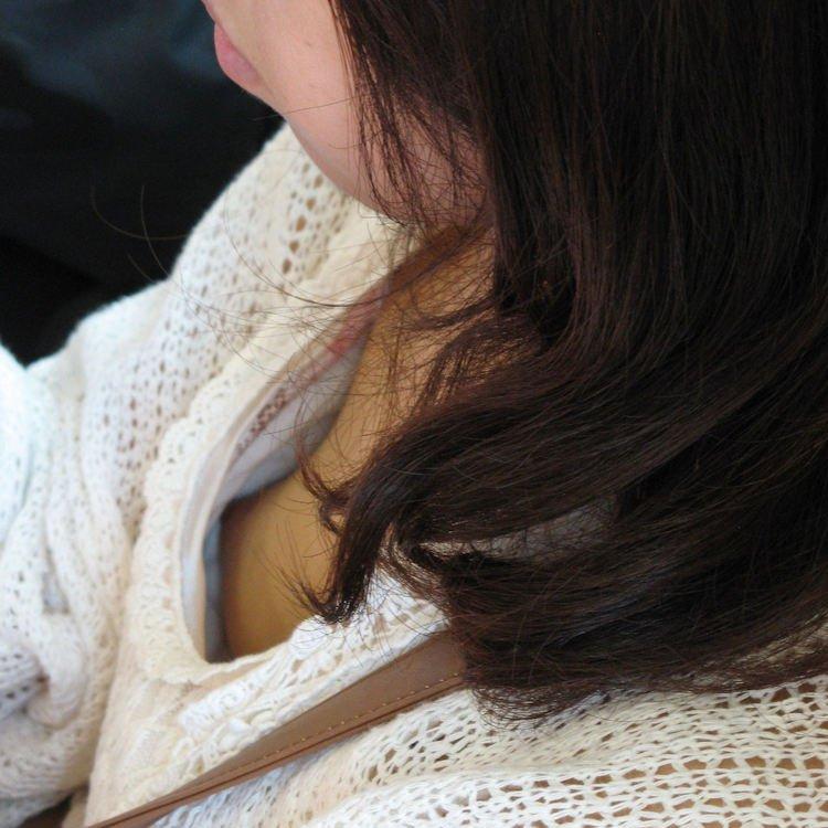 電車に座ってる女性の胸チラ (1)