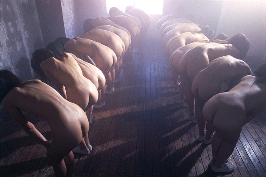 裸の女性が沢山集まってる光景 (16)