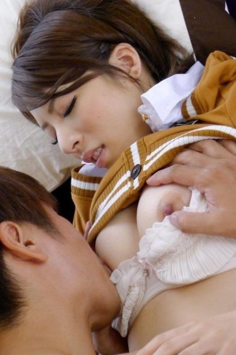 乳首を舐められる女の子 (15)