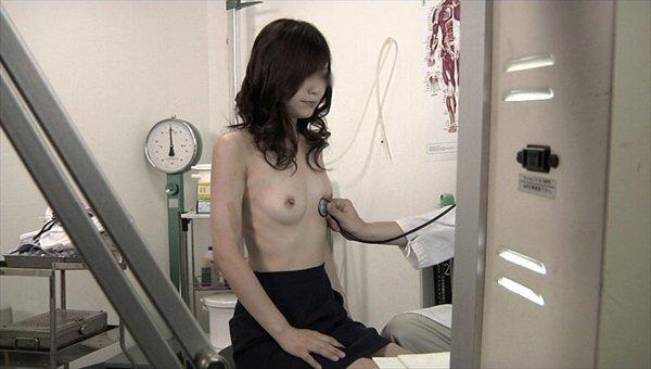 健康診断でオッパイ丸出しの女性 (15)