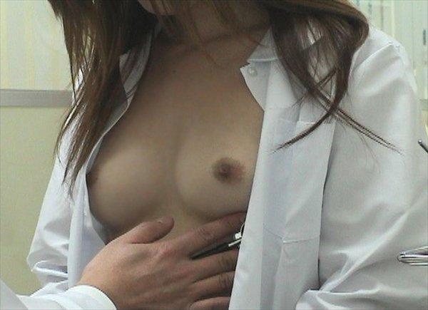 健康診断でオッパイ丸出しの女性 (10)