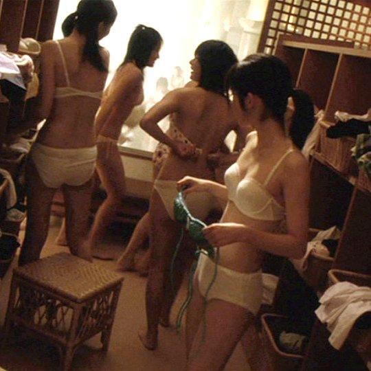 銭湯の女湯で脱衣中の素人さん (1)